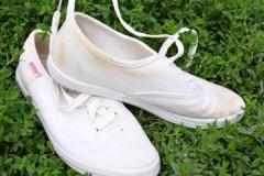 Что делать, если белые кеды пожелтели после стирки: советы и рецепты