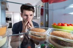 Как в домашних условиях убрать запах из холодильника после протухшего мяса?