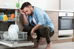 От куда появляется неприятный запах из посудомоечной машины и как его убрать?