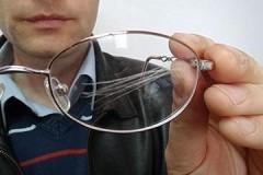 Маленькие хитрости, как в домашних условиях убрать царапины с очков