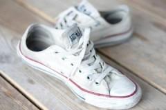 Грамотные действия — белоснежный результат, или как отстирать белые кроссовки из ткани