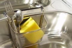 Полезные рекомендации, где лучше всего хранить губку для мытья посуды на кухне