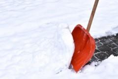 Особенности, плюсы и минусы ручной и механизированной уборки территорий от снега