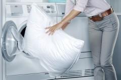 Как правильно постирать подушку из синтепона в машинке и вручную?