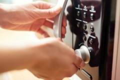 Необычно, но действенно: как постирать кухонное полотенце в микроволновке