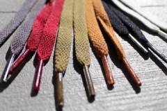 Простые способы, как постирать цветные и белые шнурки в машинке и руками