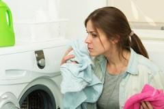 Проверенные способы, как убрать затхлый запах с одежды