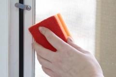 Несложные инструкции, как помыть москитную сетку на пластиковых окнах
