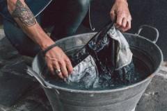 Ценные рекомендации, как необходимо стирать джинсы вручную