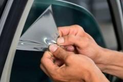 Несколько эффективных способов, как убрать тонировку со стекла машины
