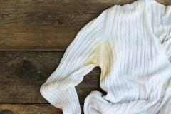 Эффективные способы, как и чем отстирать с белой одежды жёлтые пятна от пота под мышками