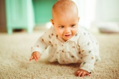 Маленькие хитрости против «мелкой неприятности», или как убрать запах с ковра от мочи ребенка