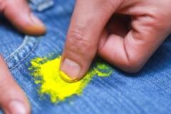 Простые способы и средства, чем можно вывести акриловую краску с одежды