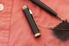 Проверенные способы и средства, как вывести гелевую ручку с одежды